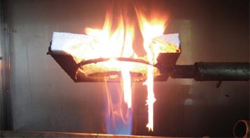発泡プラスチック系の断熱材は炎や煙を上げて燃え始めます。